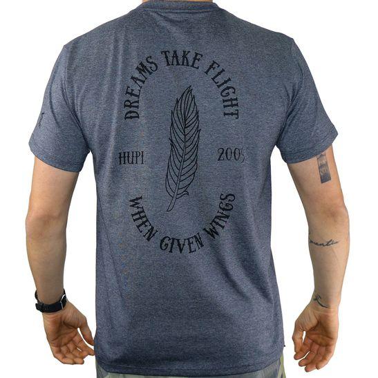 costas-camiseta-marca-hupi-modelo-asas-na-cor-cinza-escuro-grafite-mescla-com-estampa-de-pena-e-informacoes-da-marca