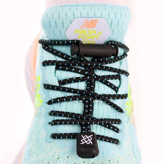 cadarco-elastico-hupi-laces-preto-com-detalhes-azuis-simples-e-facil-para-corrida