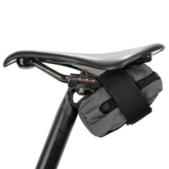 bolsa-de-selim-para-bicicleta-marca-hupi-modelo-nano-cinza-com-preto-pequena-de-qualidade-com-ziper-facil-acesso-e-compartimento-interno