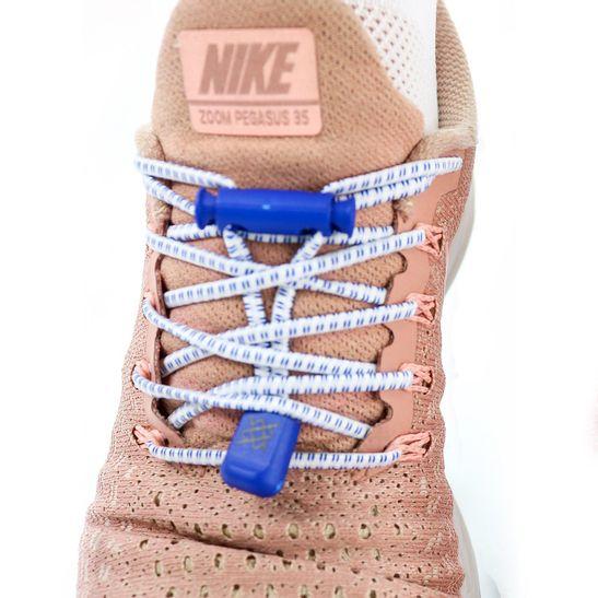 cadarco-elastico-hupi-laces-branco-risca-azul-confortavel-facil-instalacao-para-corrida-triathlon-com-regulador-e-ponteiras